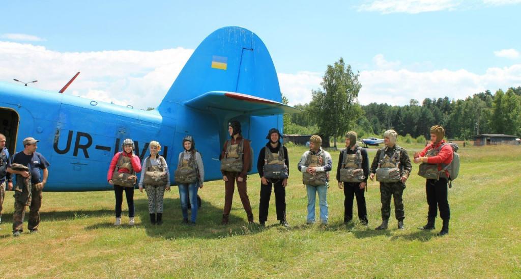 Стрибки з парашутом. Біля Ан-2