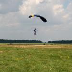 спортсмен напашутист іде на приземлення