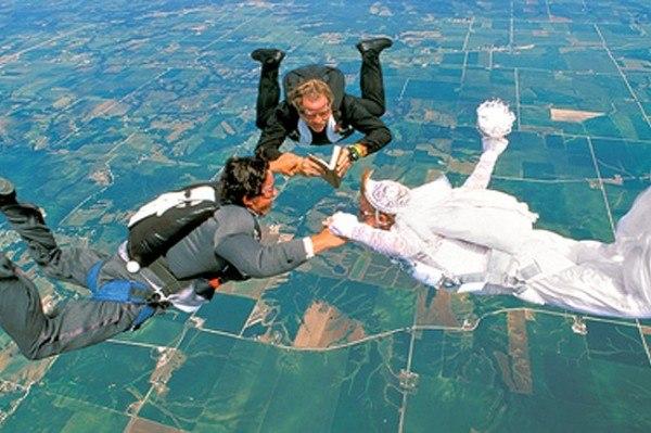 Весілля під час стрибка з парашутом