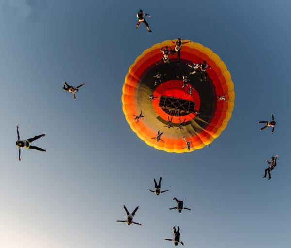 масовий парашутний стрибок з повітряної кулі