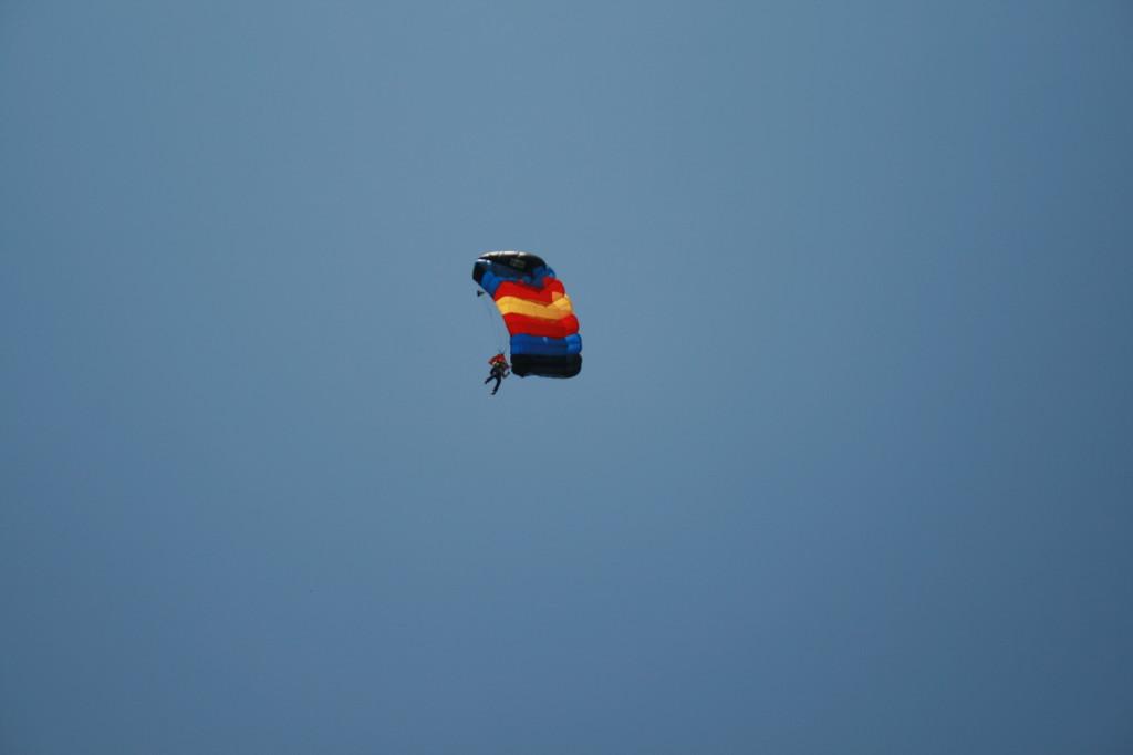 Стрибки з парашутом у Цуневі