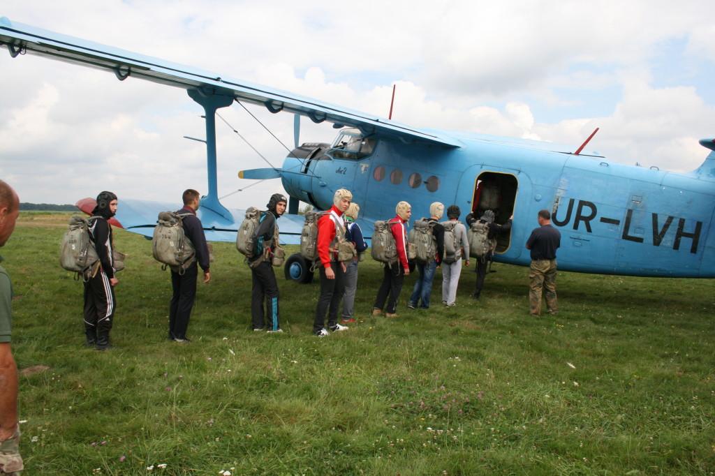 першоразники заходять в літак