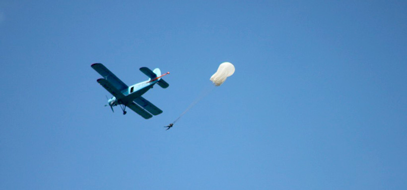 Літак у небі аеродрома Цунів